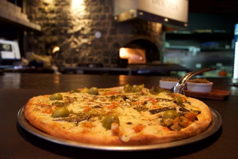 besares-pizza-emma-830x554